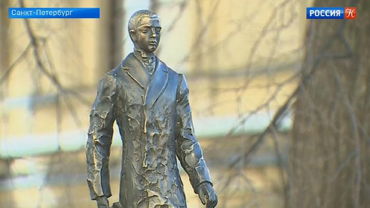 В Петербурге открыли первый памятник Николаю Гумилёву