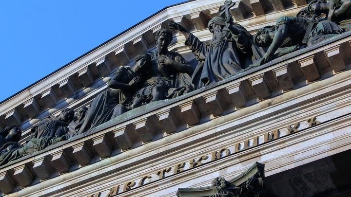 В центре портика с фронтальной композицией О.Монферрана – игумен Исаакий Долматский благословляет римского императора Феодосия. Фото Леонида Варебруса