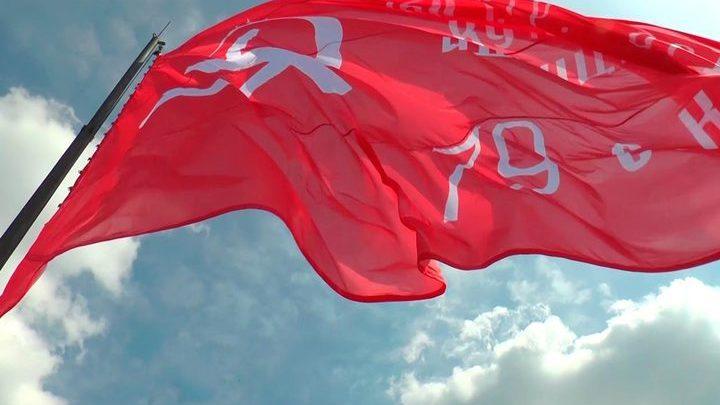 В Уссурийске развернули копию Знамени Победы