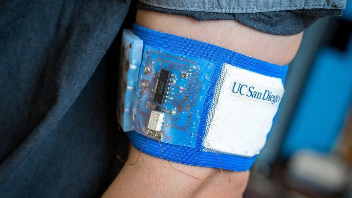 Прототип охлаждающего и согревающего патча, встроенного в эластичный браслет.
