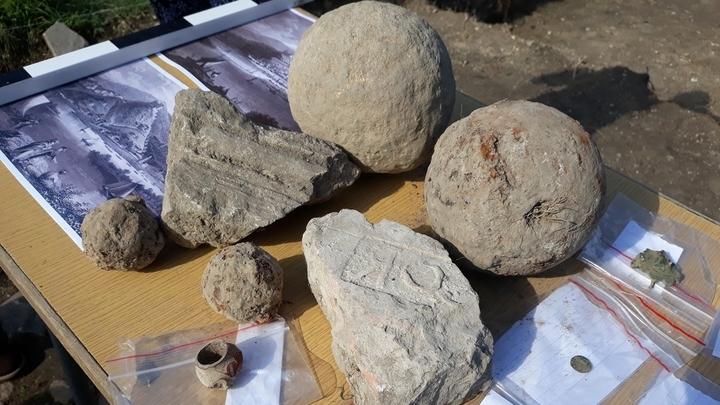 Небольшие пушечные ядра для кулеврин (слева) и другие артефакты, найденные болгарскими археологами.