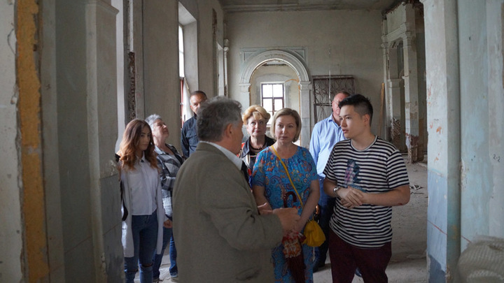 Кривякино,главный дом… Апартаменты ждут реставраторов, а пока их показывают…Лажечниковым, из Москвы. Фото С.Буловацкой
