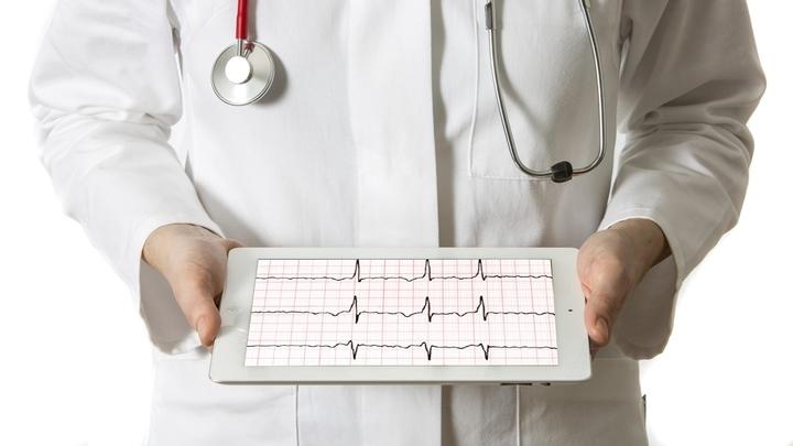 Часто мерцательную аритмию можно обнаружить при обычной проверке частоты пульса, когда сокращения сердца происходят с нерегулярным интервалом. Но окончательный диагноз ставится на основе ЭКГ.