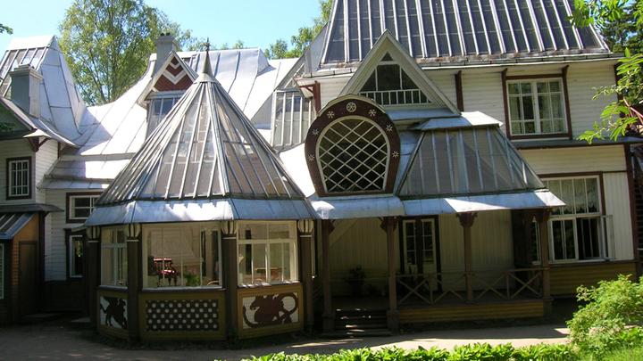 Дом семьи Репиных, который финские соседи называли «безобразнейшим»  «продуктом странной фантазии»: за многочисленные башенки, окна и выступы