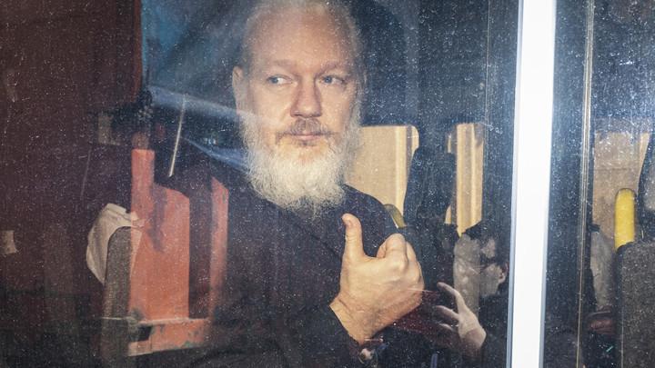 Ассанж прибыл в лондонский суд на слушания по освобождению под залог