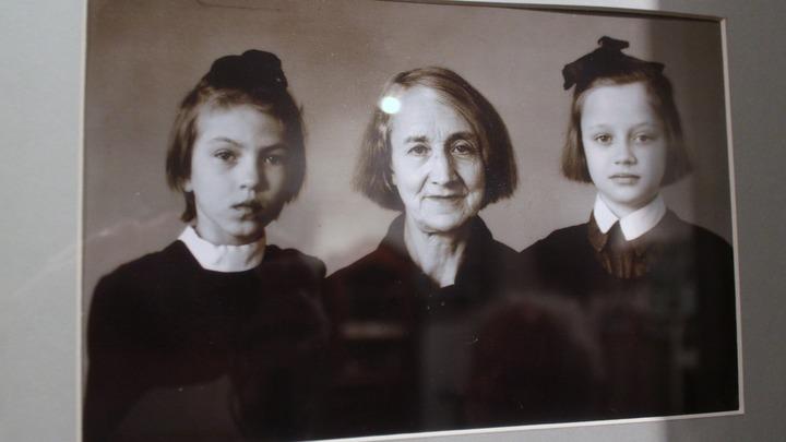 Анастасия Цветаева с внучками Ритой(слева)и Ольгой. Фото Леонида Варебруса