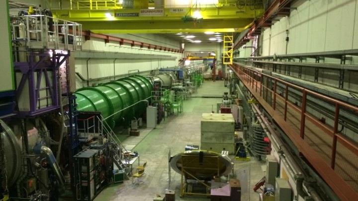 Физики ускоряли протоны и сталкивали их с мишенью, добиваясь образования новых частиц.