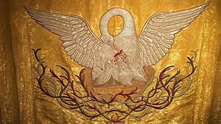 """Панно """"Пеликан"""". Из масонской коллекции музея истории религии, начало XIX века.Парча, шитье, ткачество, вышивка. Фото Леонида Варебруса"""