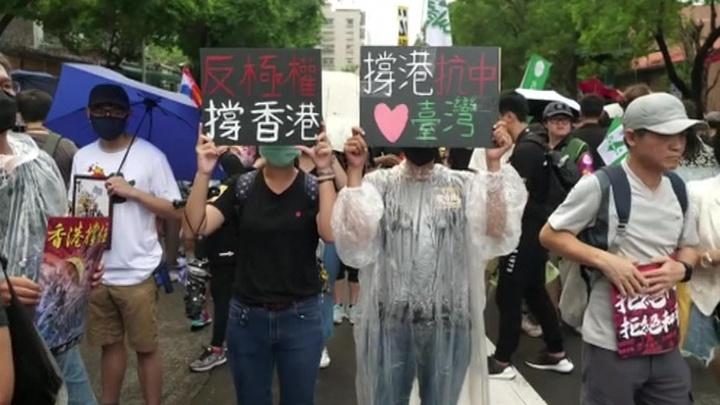 В Гонконге правоохранители разгоняют митингующих слезоточивым газом и перцовым спреем