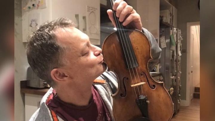 Британскому музыканту вернули забытую им в поезде драгоценную скрипку