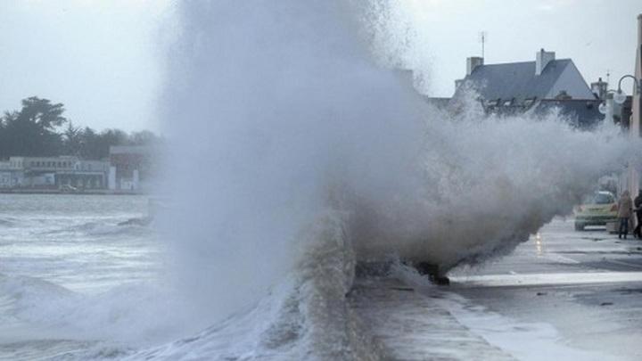 """Во Франции ураган """"Аврора"""" оставил без электричества 250 тысяч домов"""