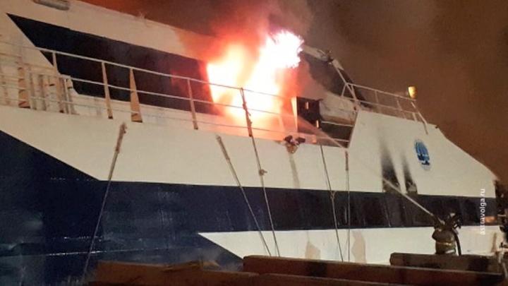 Два речных судна сгорели в Астрахани