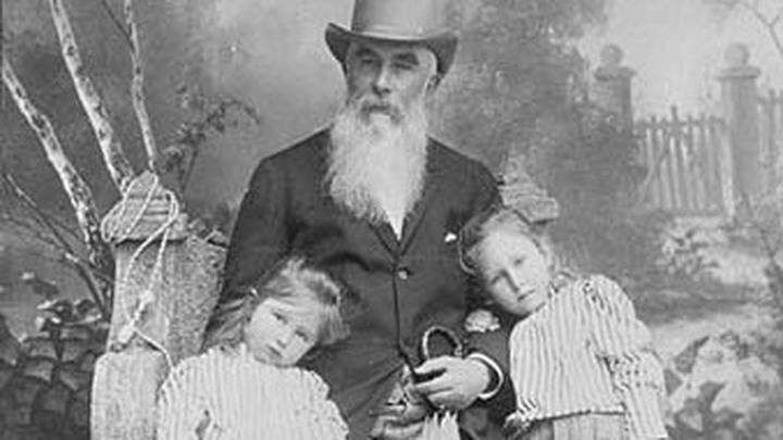 А.И. Абрикосов с внучками, 1890-е /  Public domain