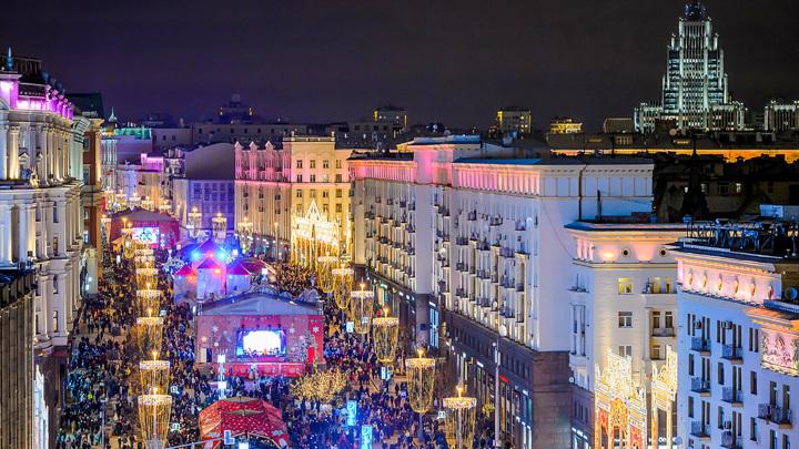В Москве начался демонтаж части новогодних уличных конструкций
