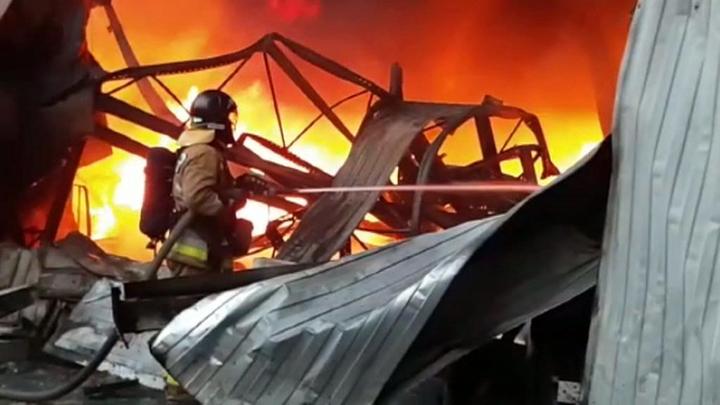 В Екатеринбурге пожар поглотил полторы тысячи квадратов
