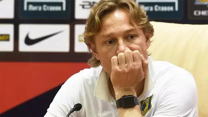 Карпин проиграл первый матч в ранге тренера сборной