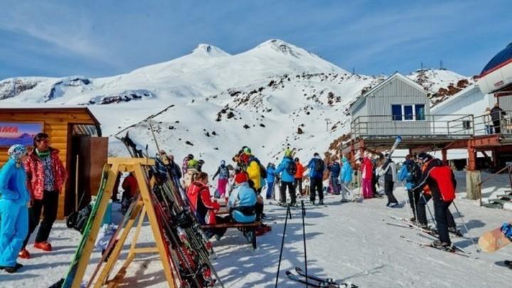 """Курорт """"Эльбрус""""снова закрыли из-за двухметрового снега в горах"""