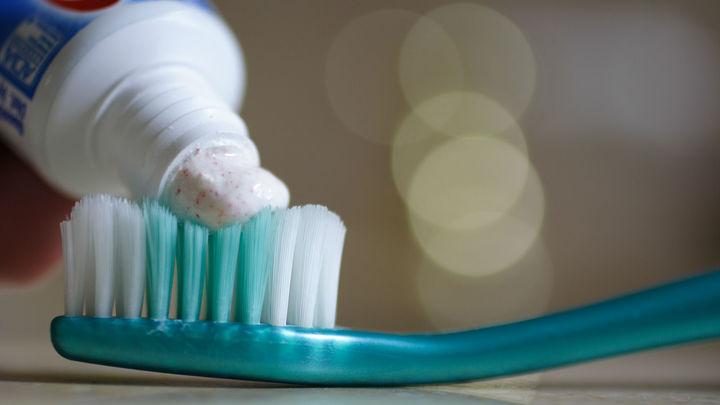 В будущем эффективно лечить кариес сможет обычная зубная паста. Если, конечно, это будет выгодно кому-то кроме пациентов стоматологических клиник.