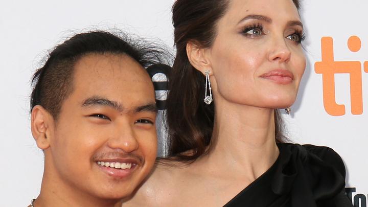 Сын Анджелины Джоли говорит с друзьями на русском языке