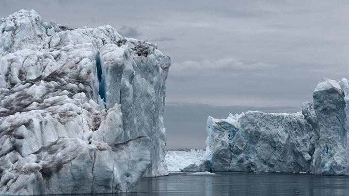 Паром с людьми и машинами под Петербургом зажало льдом