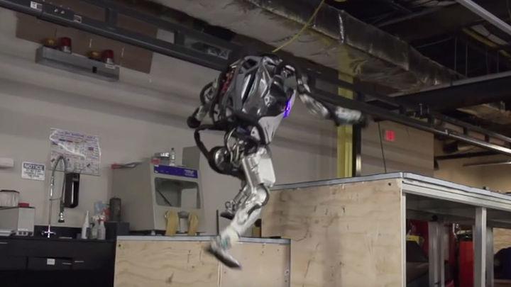 Стать человеком? Робот-гуманоид Atlas освоил уличную акробатику