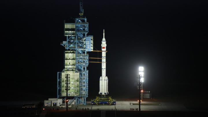 """Экипаж китайского космического корабля """"Шэньчжоу-11"""" вернулся на Землю"""