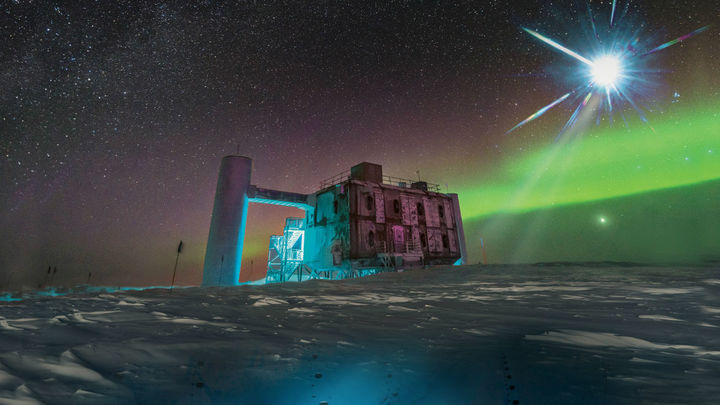 Частицы, прошившие Землю насквозь, могут указывать на новую физику