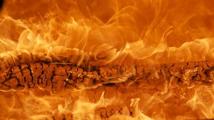 В Ленинградской области горит мебельный цех