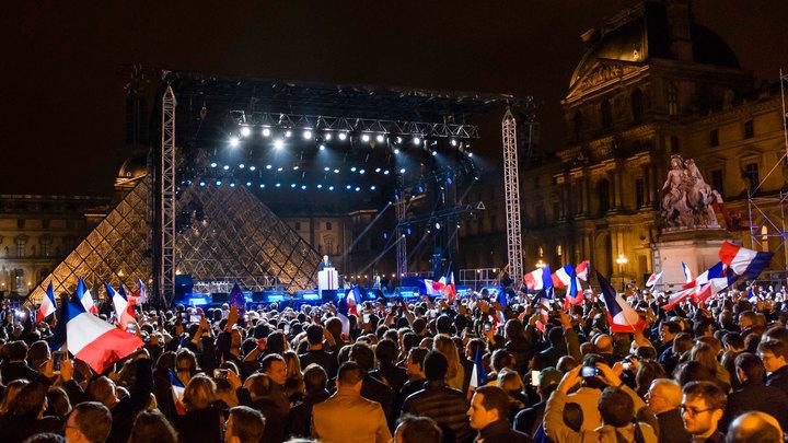 Движение Макрона уверенно лидирует на парламентских выборах во Франции