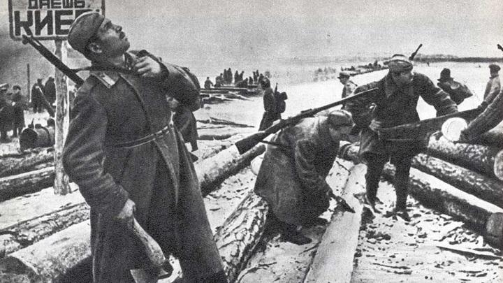 Строительство моста через Днепр. 60-я армия. Октябрь 1943 г. /encyclopedia.mil.ru/