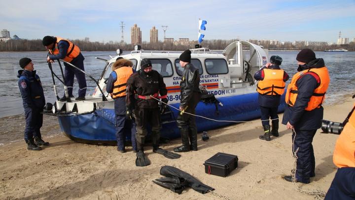 На юге Москвы спасатели вытащили из воды тонущего мужчину