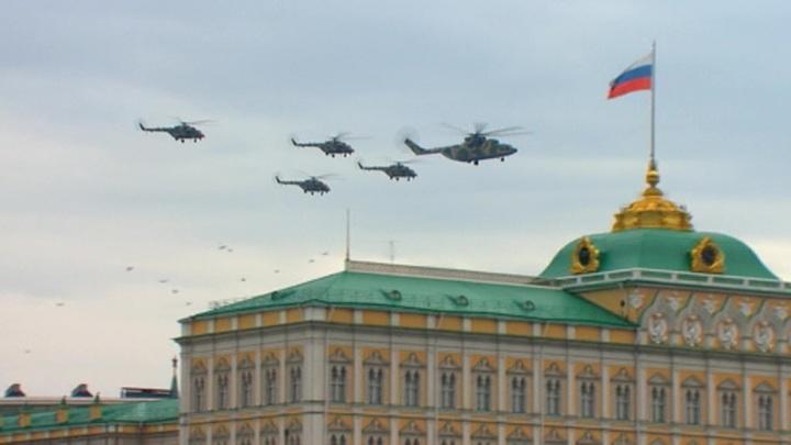 Самолеты и вертолеты ВКС РФ провели в небе над Москвой репетицию воздушной части парада