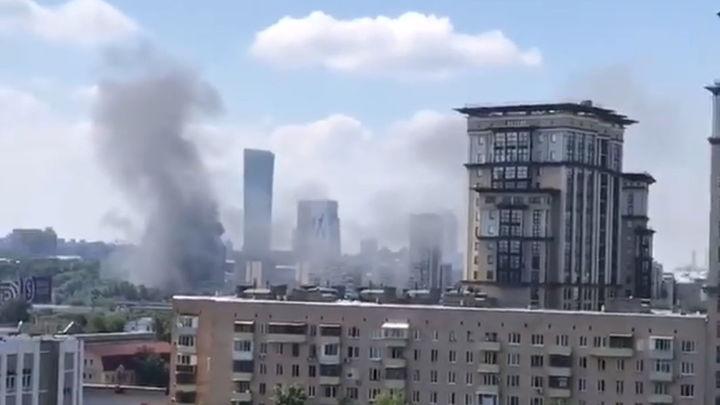 Ангар с автомобилями загорелся на западе Москвы