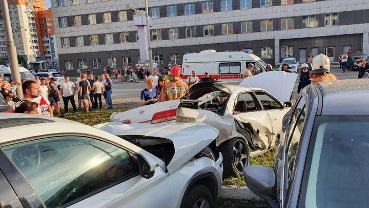 Машину разорвало на две части после столкновения со столбом в Новокузнецке