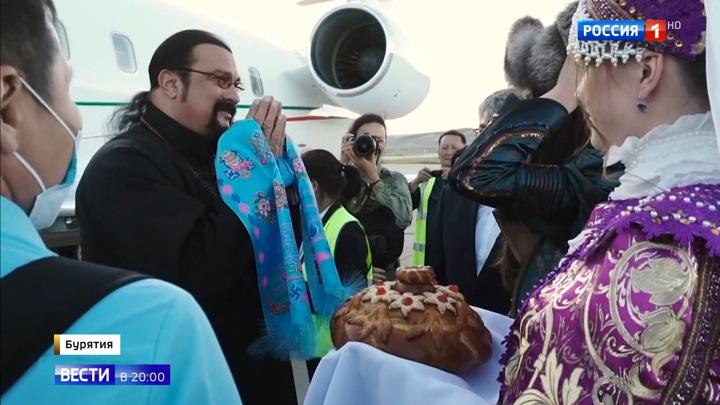 В Бурятию прилетел актер и режиссер Стивен Сигал