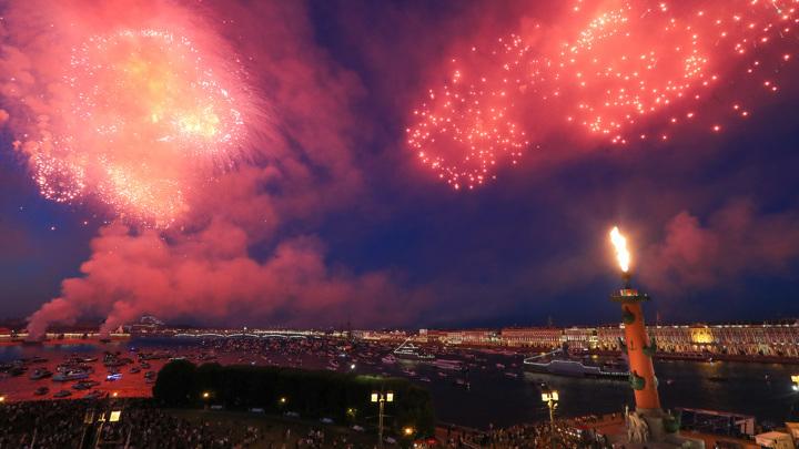 Празднование Дня ВМФ: небо над Санкт-Петербургом расцветили огни салюта