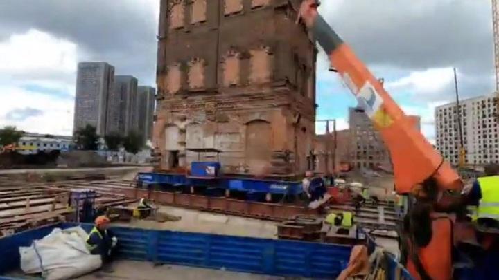 В Москве передвинули водонапорную башню XIX века