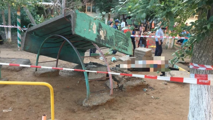 В Астрахани ребенка насмерть задавило бетонной плитой на игровой площадке