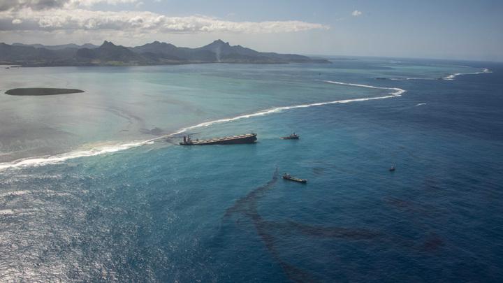 Трагедия у берегов Маврикия: утечку нефти остановили, но танкер может расколоться