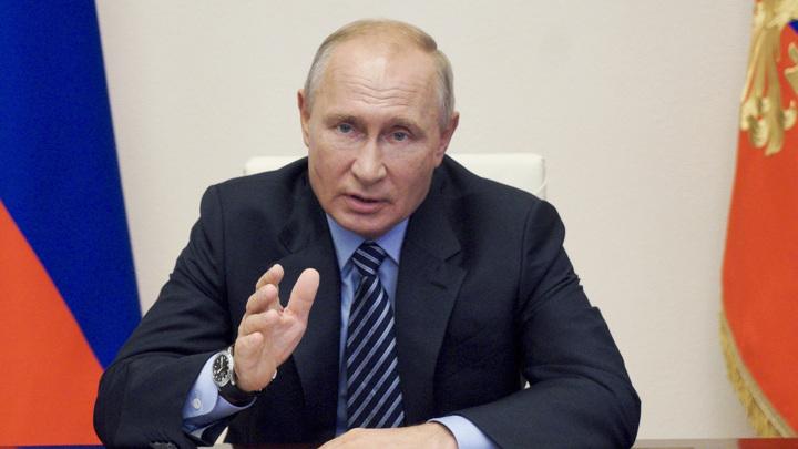 Путин призвал бороться с фальсификаторами истории