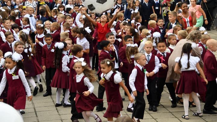 Минтруд назвал сроки приема заявлений на выплаты школьникам