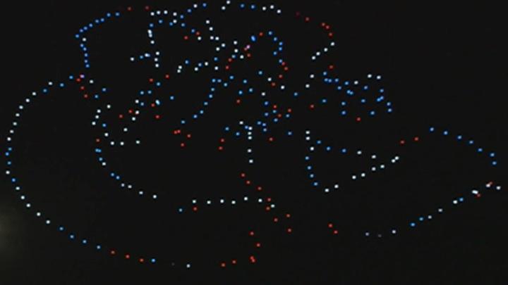 В московском небе прошло шоу дронов в честь Дня российского флага