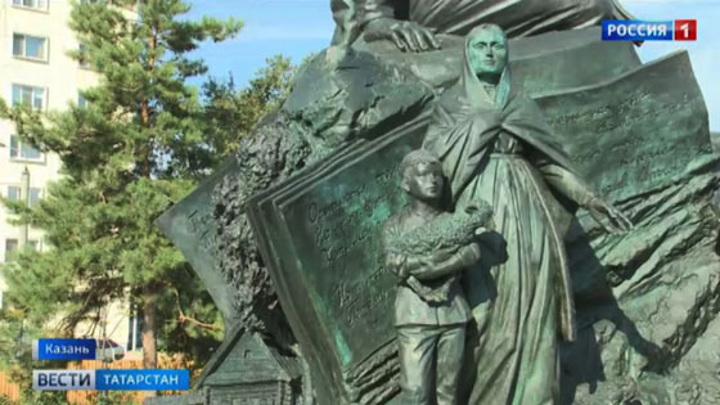 В Казани открыли памятник поэту Мустаю Кариму