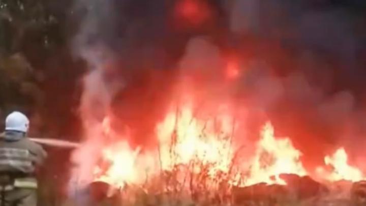 Рядом с общежитием в Кемерове вспыхнула гора покрышек