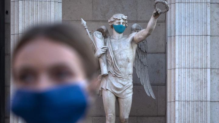 В Петербурге отменили перчаточный режим, но оставили маски