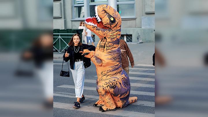 Динозавр рассмешил новосибирцев
