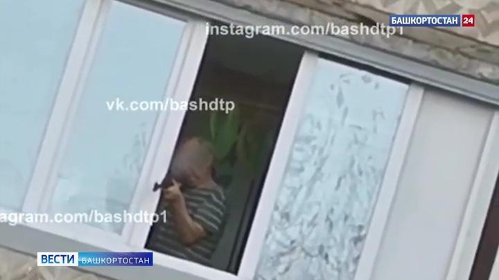 Целился во двор: уфимцев напугал вооруженный мужчина на балконе