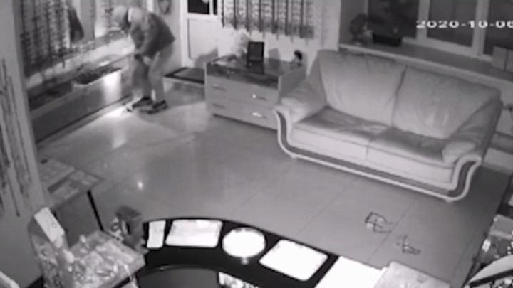 В Нижнем Тагиле разыскивают нелепого преступника, обворовавшего оптику