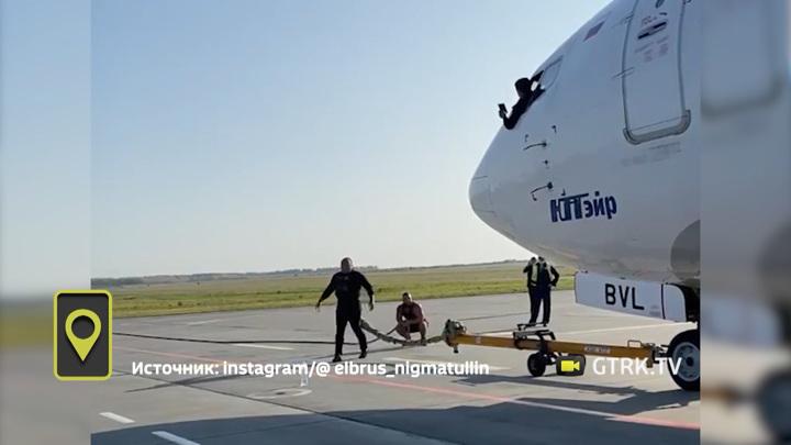 Башкирский силач Эльбрус Нигматуллин сдвинет с места самолет