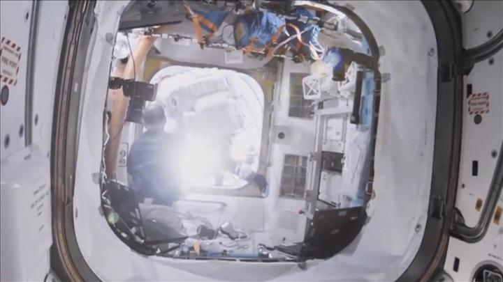 """Утечка продолжается: космонавт проверил модуль """"Звезда"""" бумажками"""